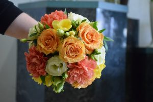 kompakt gebundener Hochzeitsstrauß